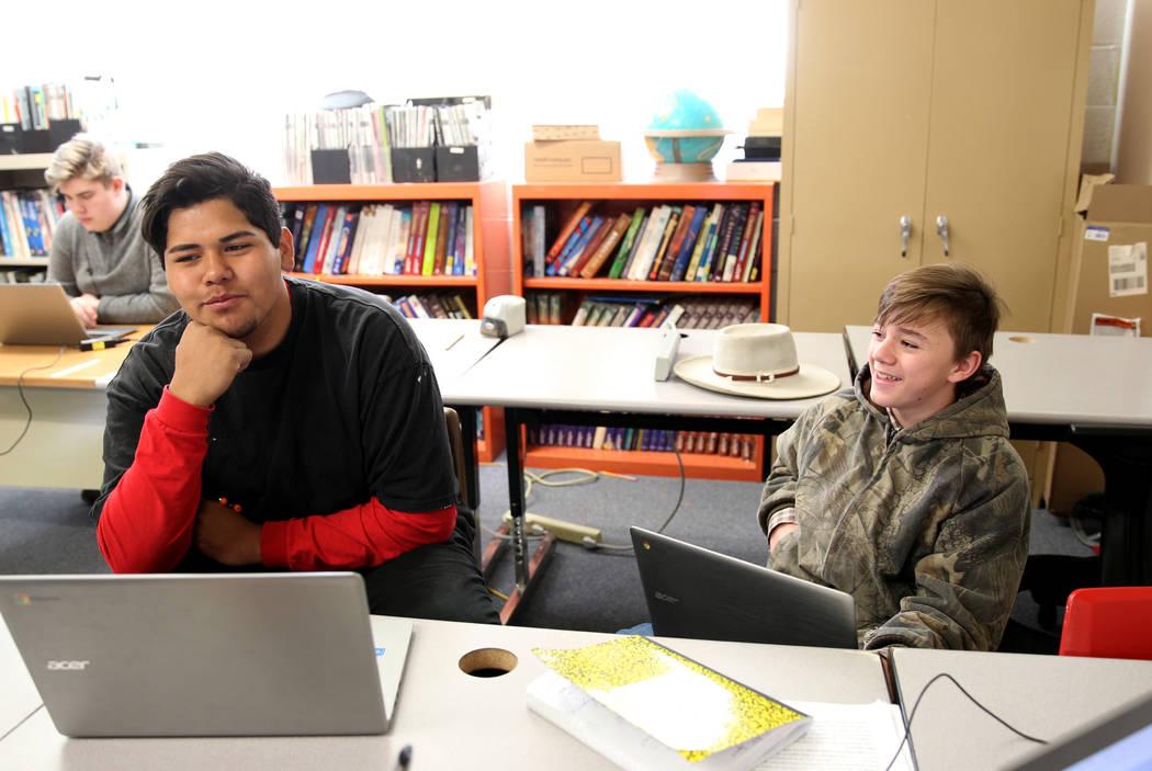 Los estudiantes de Gabbs, Dave Jim, de 15 años de edad, estudiante de décimo grado, izquierda, y Devin Gaither, de 13 años, de cuarto grado, mientras cursaban la lección en línea en la escuel ...
