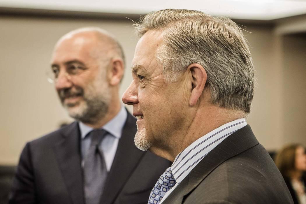 Phil Satre, a la derecha, entonces presidente de International Gaming Technology, y Marco Sala, CEO de GTECH Holdings, durante una audiencia especial de la Junta de control de juego el jueves 26 d ...