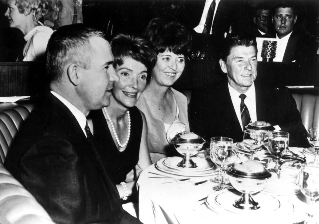 Ronald Reagan y su esposa Nancy con Nev. El gobernador Paul Laxalt y su esposa Jackie en Lake Tahoe en 1966. (Museo del estado de Nevada)