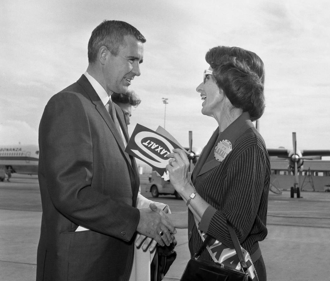 """El gobernador Paul Laxalt es recibido por alrededor de 100 mujeres en la organización electoral """"Lassies for Laxalt"""" cuando llega al aeropuerto internacional McCarran en 1966. (Foto de archivo La ..."""