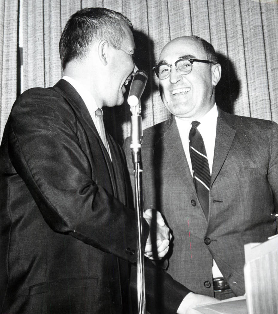 El gobernador Paul Laxalt le da la mano al gerente general del Las Vegas Review-Journal, William V. Wright. (Foto de archivo Las Vegas Review-Journal)