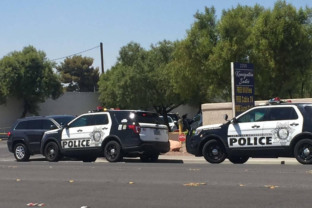 La policía de Las Vegas se encuentra en la escena de un tiroteo en Kensington Suites en la cuadra 2200 de West Bonanza Road, el lunes 6 de agosto de 2018. Es el tercer tiroteo relacionado con el ...