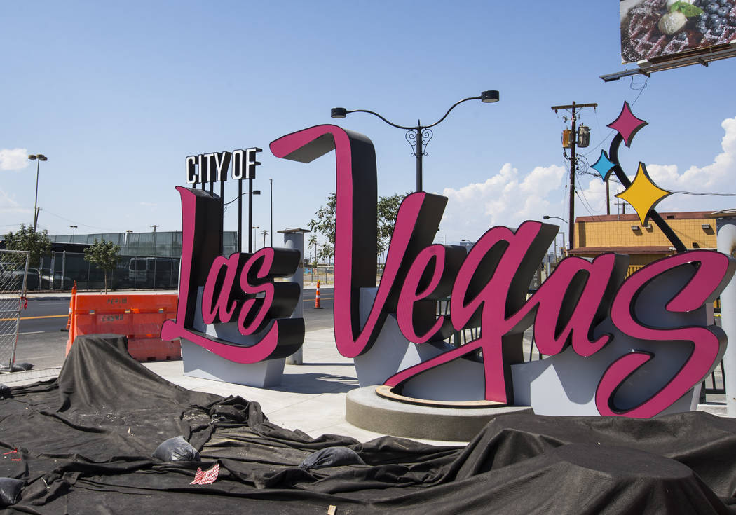 Un cartel con el logotipo de la Ciudad de Las Vegas que debutó originalmente en 2016 se muestra en construcción en la intersección donde Las Vegas Boulevard se divide en Main Street, en el cent ...