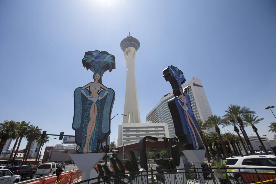 El lunes 6 de agosto de 2018 se construyó una nueva señal de la ciudad de Las Vegas, con dos bailarinas y una mesa de ruleta, en la esquina de Las Vegas Boulevard y Main Street, en el centro de ...