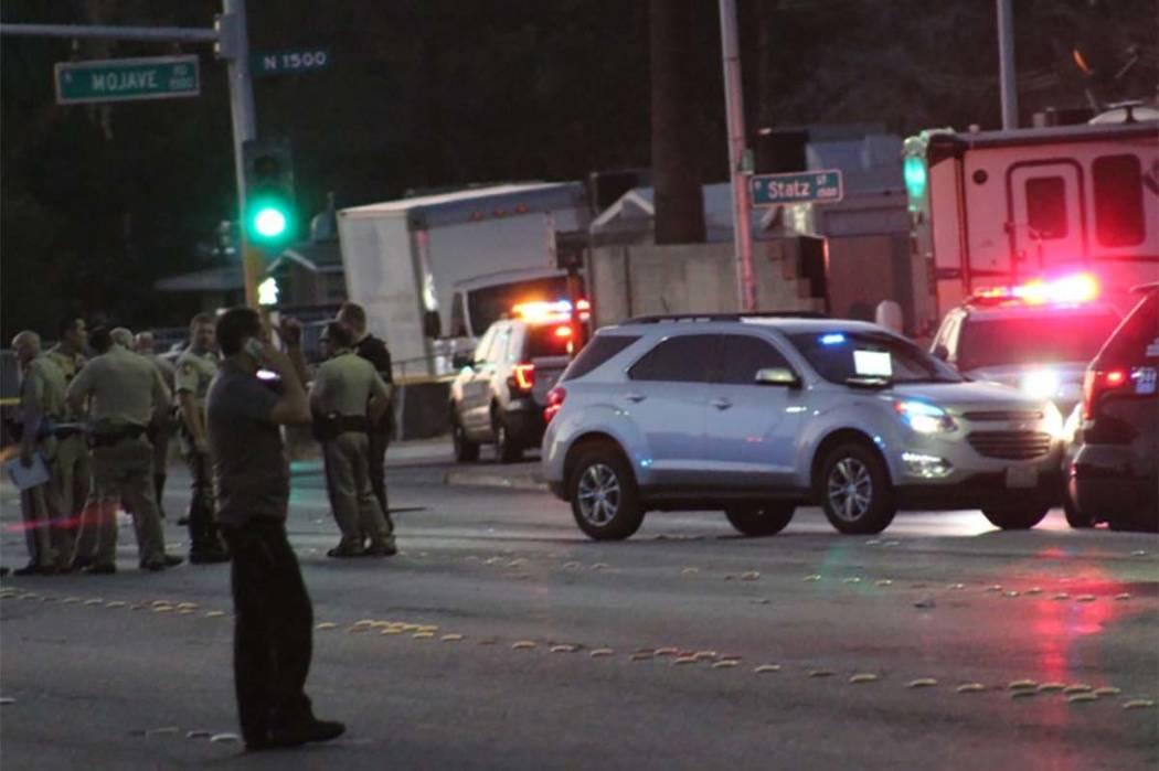 Los oficiales de los departamentos de policía de North Las Vegas y Las Vegas están en la escena el martes, 7 de agosto de 2018, bloqueando Owens Avenue entre Mojave Road y Lucilee Street. (Max M ...