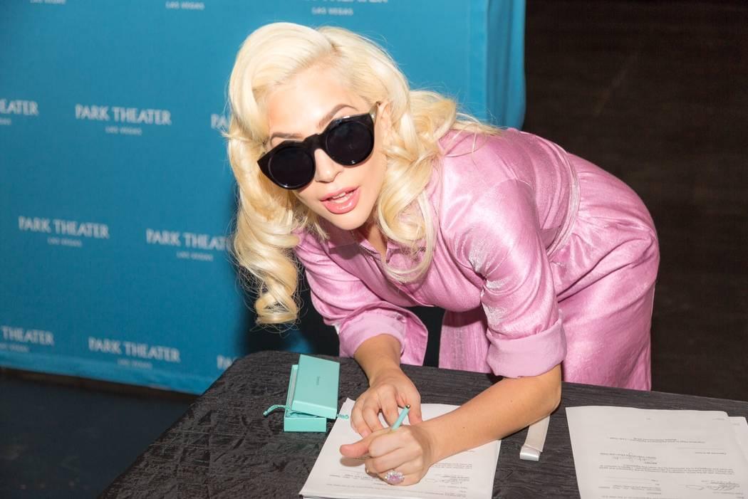 Lady Gaga firma su contrato de dos años y multishows para cantar en The Park Theatre el miércoles, 19 de diciembre de 2017. (Alex Dolan)