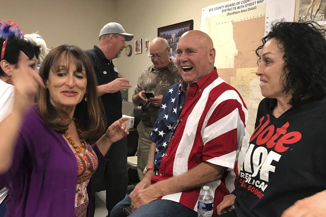 El propietario de burdeles de Nevada, Dennis Hof, segundo desde la derecha celebra en Pahrump después de ganar las elecciones primarias republicanas para el Nevada Assembly District 36, el martes ...