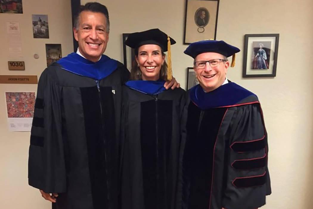De izquierda a derecha, el gobernador Brian Sandoval, Lauralyn McCarthy y Dean Al Stavitsky, posan antes del comienzo de un evento de la escuela Spring Reynolds 2018. (UNR)