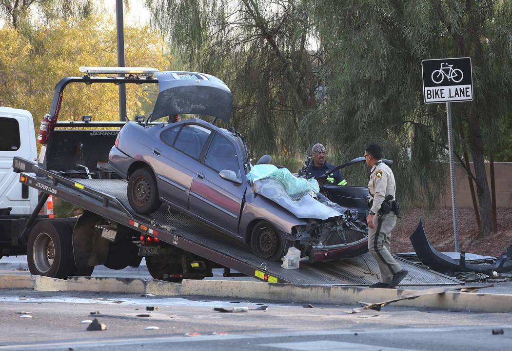 Un automóvil está siendo remolcado después de haber estado involucrado en un accidente con un semirremolque en la esquina de Spencer Street y Serene Avenue el miércoles 8 de agosto de 2018. Bi ...