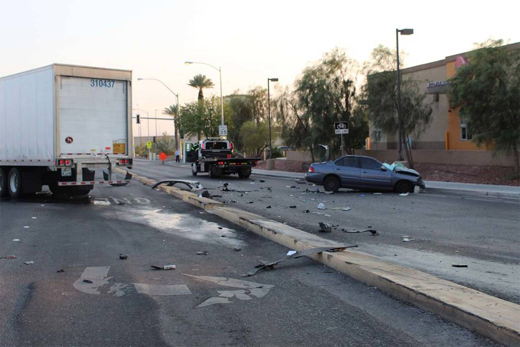 Una persona resultó gravemente herida cuando un sedán y un semirremolque colisionaron el miércoles 8 de agosto de 2018 en la esquina de Spencer Street y Serene Avenue. (Max Michor / Las Vegas R ...