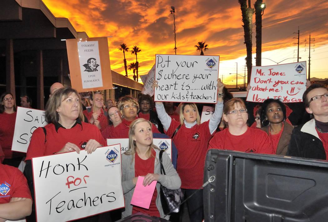 Los partidarios de la Asociación Educativa del Condado de Clark escuchan al presidente del sindicato CCEA, Rubén Murillo durante una manifestación frente al Centro Educativo Edward Greer en 283 ...