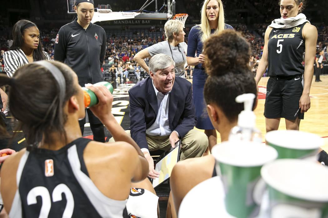 El entrenador en jefe de Las Vegas Aces, Bill Laimbeer, centro, habla con sus jugadoras durante un tiempo fuera contra Phoenix Mercury en la primera mitad de un partido de baloncesto de la WNBA en ...
