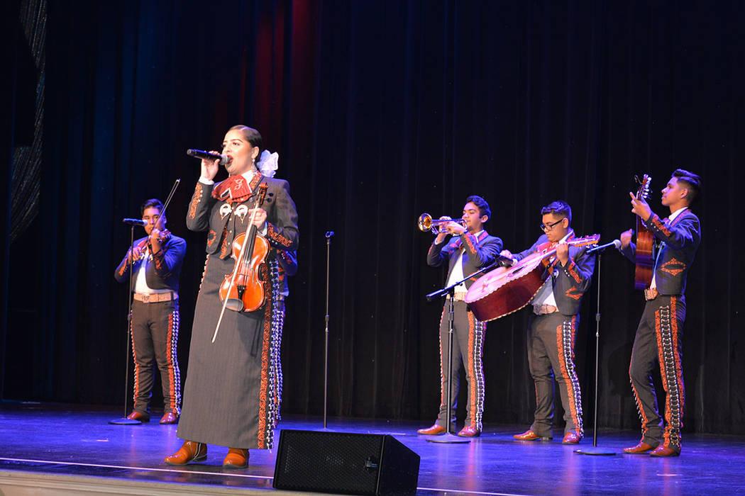 Mónica Salinas, voz del mariachi Los Jaguares -de la escuela preparatoria Desert Pines-, interpretó Los laureles, en la gala de coronación de Miss El Tiempo 2019. Sábado 4 de agosto de 2018 en ...