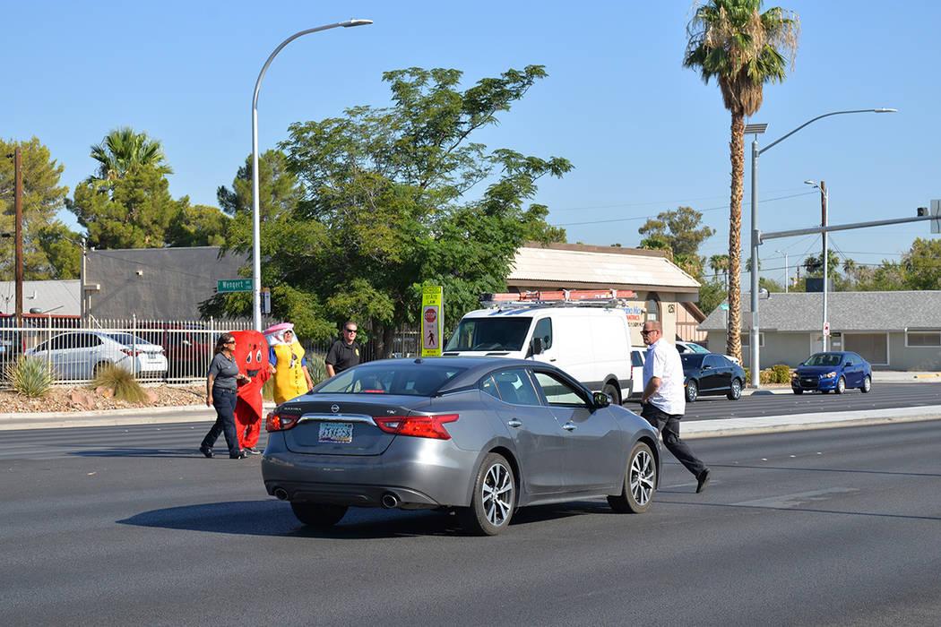 En el operativo participaron elementos de la ambulancia comunitaria, así como un oficial de LVMPD vestido como un lápiz y oficiales en motocicleta. En la foto uno de los vehículos que no respet ...
