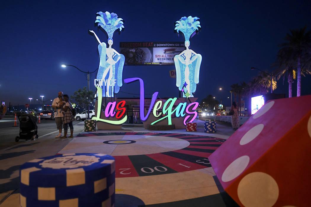 Un nuevo letrero de entrada a Las Vegas se enciende después de su inauguración el martes 7 de agosto de 2018. (Sam Morris / Las Vegas News Bureau)