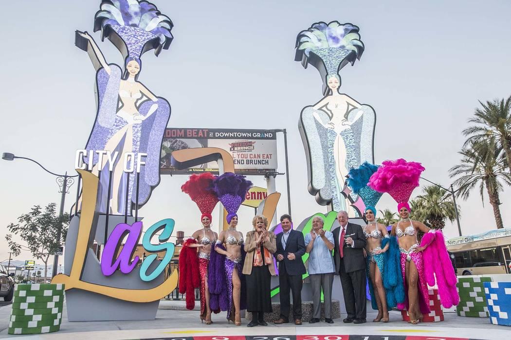 La alcaldesa de Las Vegas, Carolyn Goodman, tercera desde la izquierda, Chris Fiumara, vicepresidente y gerente general de Stratosphere, el concejal Bob Coffin y el ex alcalde de Las Vegas, Oscar ...