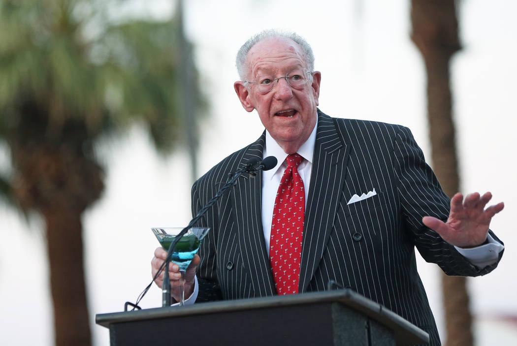 El ex alcalde de Las Vegas, Oscar Goodman, habla durante una ceremonia de inauguración de la nueva puerta de entrada de la ciudad que saluda a los visitantes que se dirigen hacia el norte en Las ...