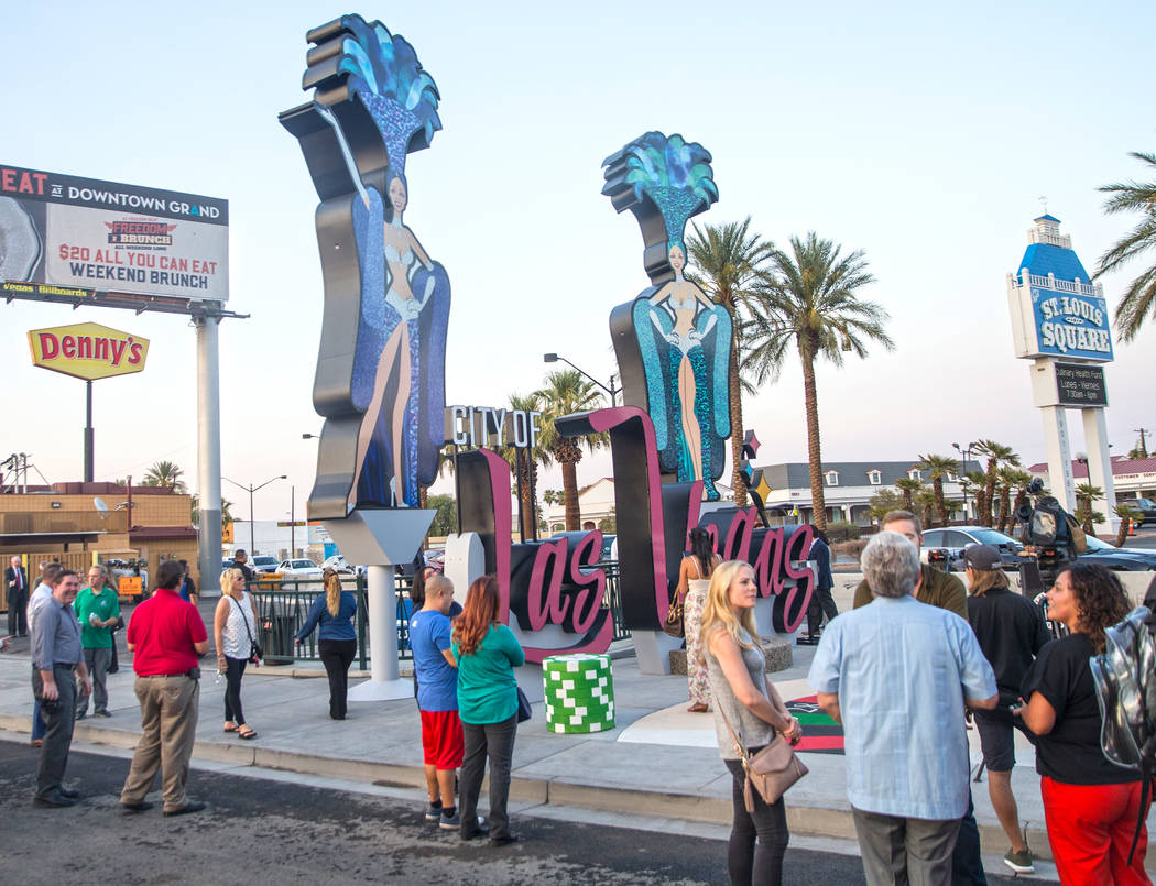 Los asistentes echan un vistazo a la nueva puerta de entrada de la ciudad que saluda a los visitantes que se dirigen hacia el norte en Las Vegas Boulevard cerca de Stratosphere el martes, 7 de ago ...