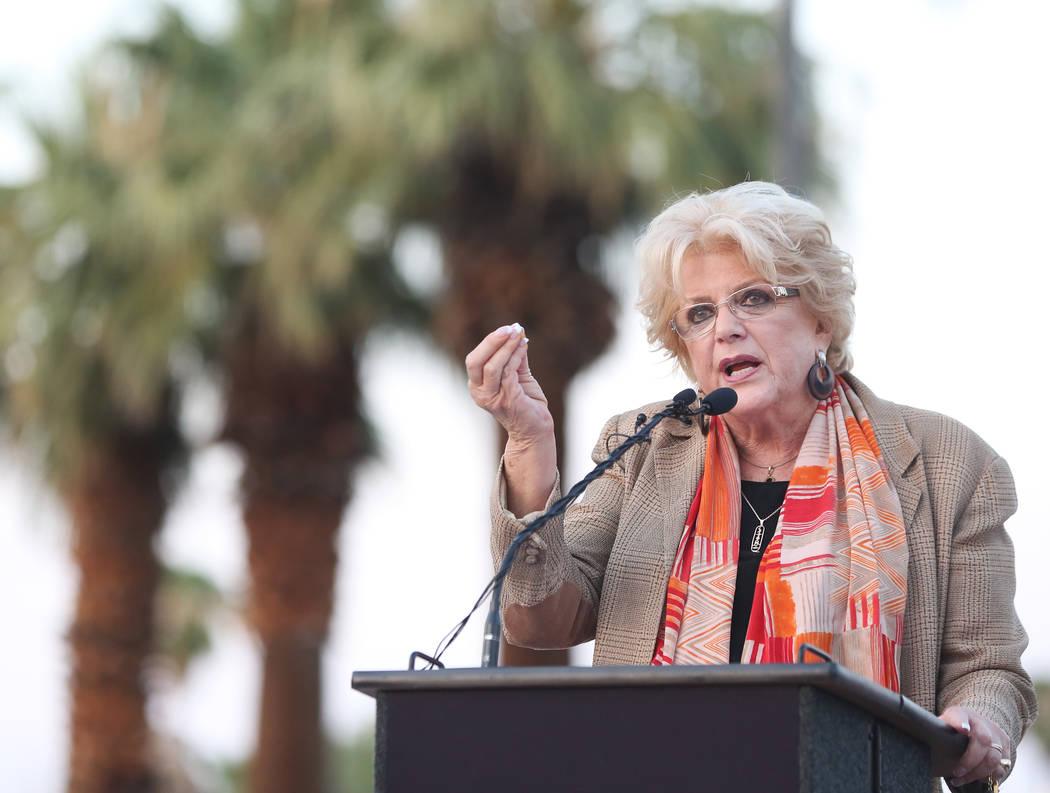 La alcaldesa de Las Vegas, Carolyn Goodman, habla durante una ceremonia de inauguración para la nueva puerta de entrada de la ciudad que saluda a los visitantes que se dirigen hacia el norte en L ...