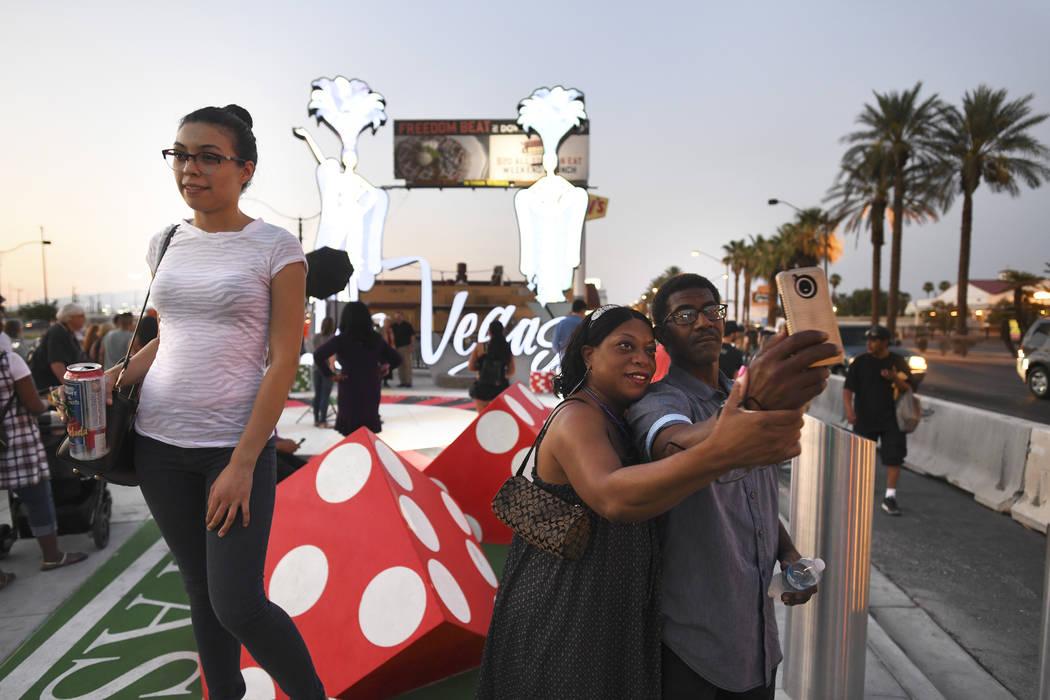 Los transeúntes se toman selfies y fotos mientras inauguran un nuevo letrero de Las Vegas el martes 7 de agosto de 2018. (Sam Morris / Las Vegas News Bureau)