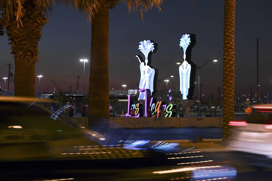 El tránsito avanza sobre Las Vegas Boulevard después de que se inauguró un nuevo letrero de entrada a Las Vegas el martes 7 de agosto de 2018. (Sam Morris / Las Vegas News Bureau)