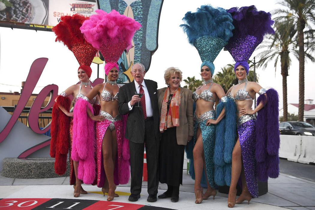El presidente del Comité Organizador de LVCVA, Oscar B. Goodman, y la alcaldesa de Las Vegas, Carolyn Goodman, posan para las fotos mientras se inaugura un nuevo letrero de Las Vegas el martes 7 ...