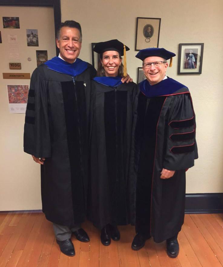De izquierda a derecha, el gobernador Brian Sandoval, Lauralyn McCarthy y Dean Al Stavitsky posan antes del comienzo de un evento en la escuela Spring Reynolds 2018. (UNR)