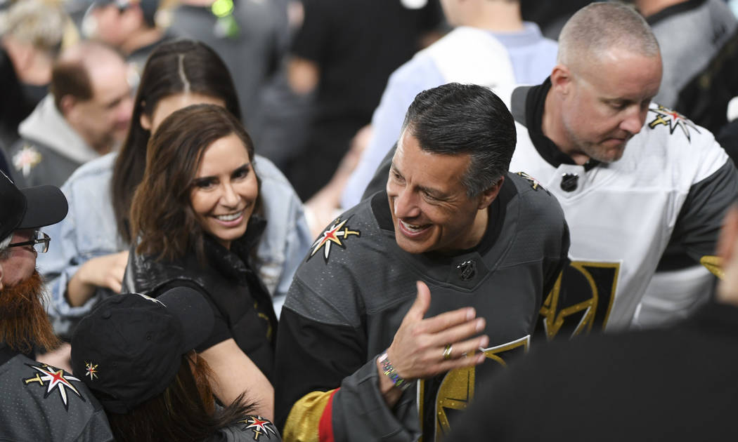 El gobernador de Nevada Brian Sandoval y su prometida Lauralyn McCarthy, son recibidos mientras se dirigen al concurso entre el segundo y tercer período del Juego 2 de una serie de playoffs de pr ...