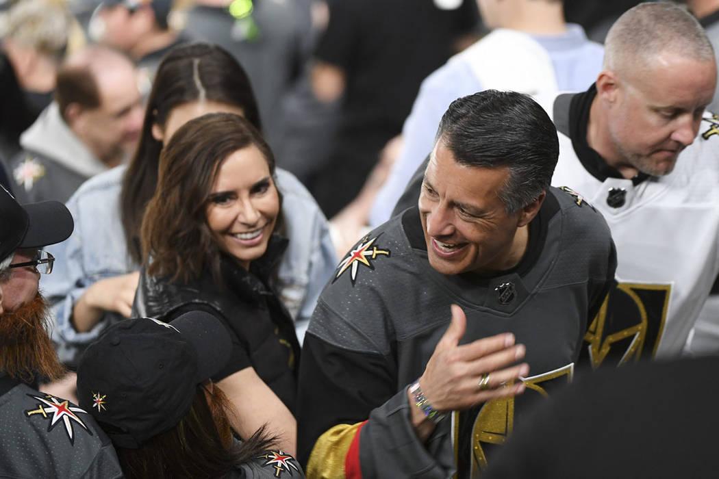El gobernador de Nevada, Brian Sandoval, con su prometida Lauralyn McCarthy, son saludados mientras se dirigen al concurso entre el segundo y tercer período del Juego 2 de una serie de playoffs d ...