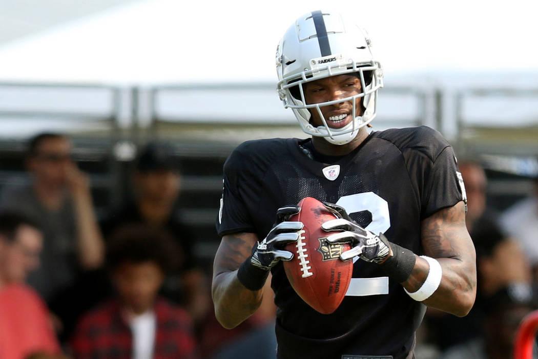 El receptor abierto de Oakland Raiders Martavis Bryant (12) se aferra a un balón de fútbol americano en el campo de entrenamiento de la NFL en Napa, California, el martes 7 de agosto de 2018. He ...