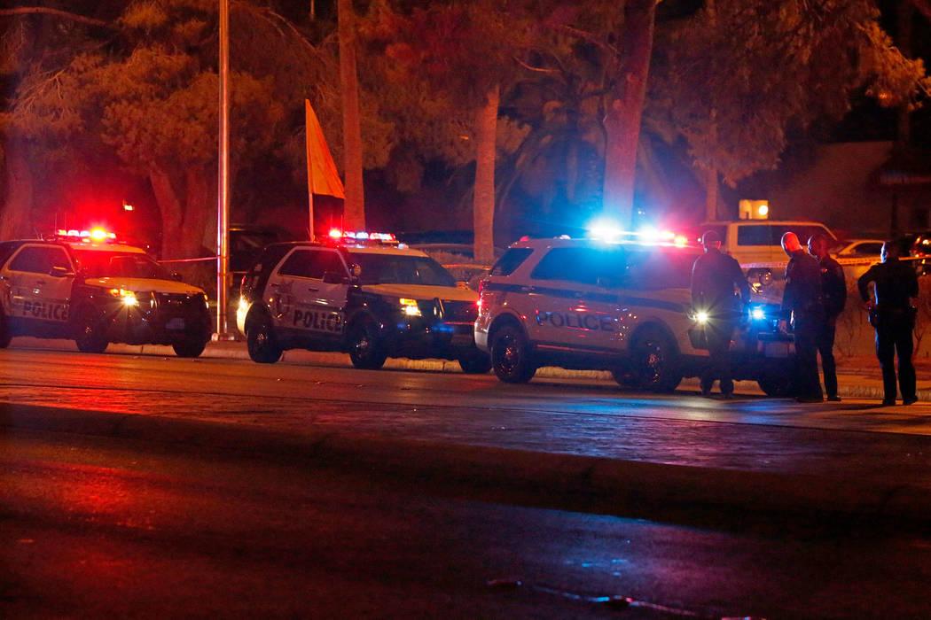 La policía de Las Vegas investiga un tiroteo que involucró a un oficial cerca de un complejo de apartamentos en la cuadra 5300 de East Tropicana Avenue en Las Vegas, el miércoles 8 de agosto de ...