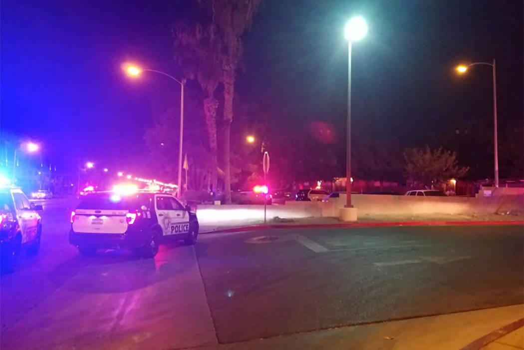La policía trabaja la escena cerca de un complejo de apartamentos en la cuadra 5300 de East Tropicana Ave. el miércoles, 8 de agosto de 2018. (Mike Shoro / Las Vegas Review-Journal)