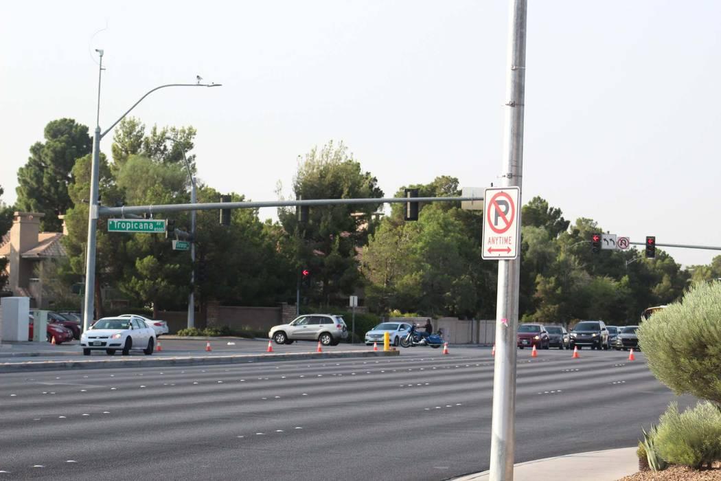 Durango Drive entre Tropicana Avenue y Peace Way, en el oeste de Las Vegas se cerró cuando la policía investigó un accidente de volcadura, el jueves 9 de agosto de 2018. (Max Michor / Las Vegas ...