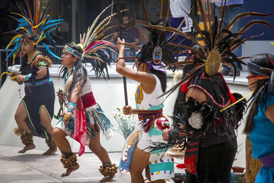 Tijuana, Bc., 9 Ago 2018 (Notimex-Eduardo Jaramillo).- Con bailes, rituales, comida y venta de ropa tradicional, hoy se festejó el Día Internacional de los Pueblos Indígenas, en el patio centra ...