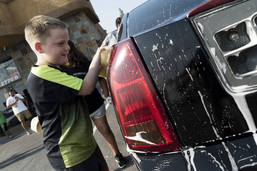 Gabriel Geyer, de 8 años, ayuda a recaudar dinero en The Drop en Las Vegas para pagar los gastos del funeral de Brandon Steckler Jr., el jueves 9 de agosto de 2018. (Marcus Villagran / Las Vegas ...