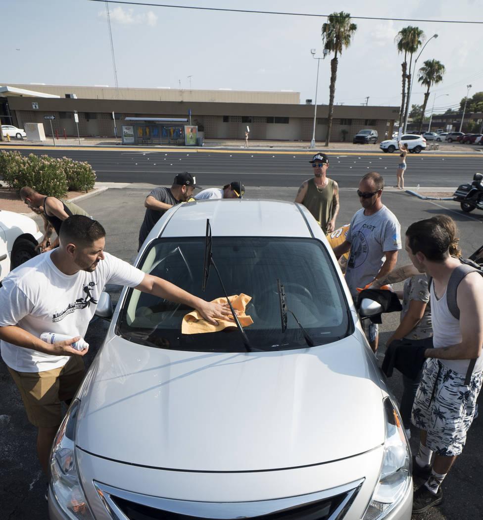 Los amigos y la familia de Brandon Steckler Jr. ayudan a recaudar dinero para pagar los gastos funerarios del niño de 4 años al realizar un lavado de autos en The Drop en Las Vegas, el jueves 9 ...