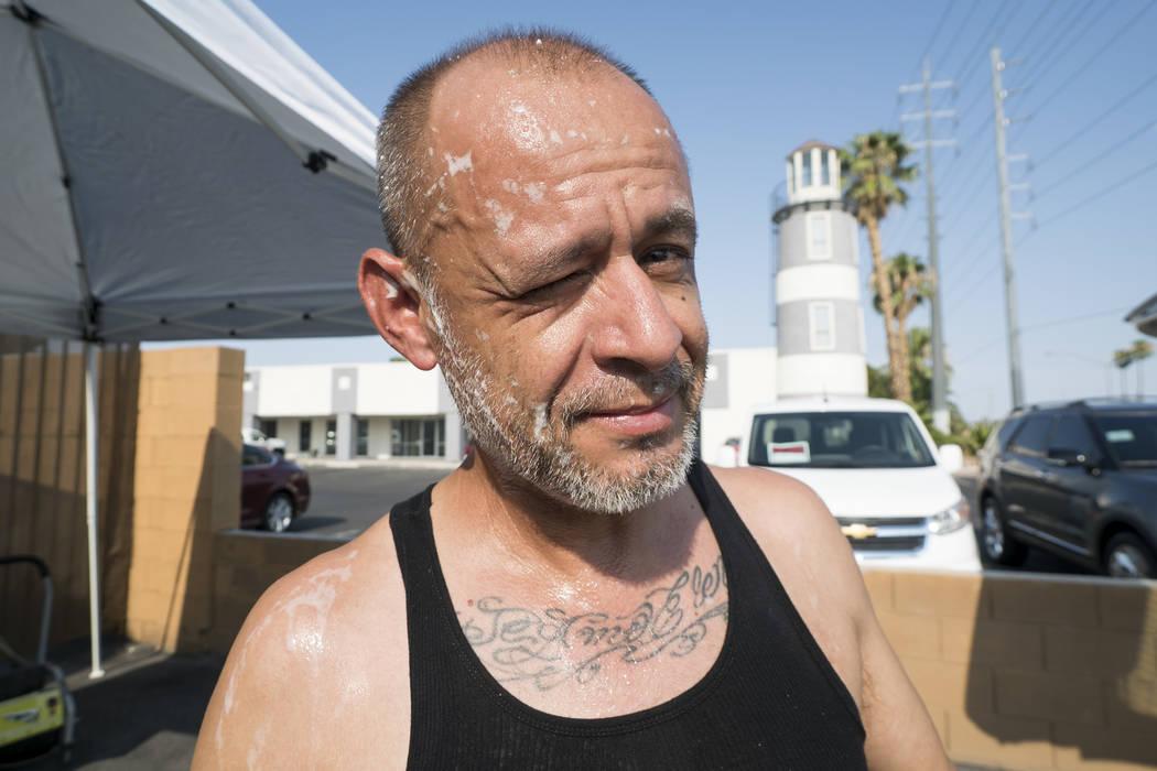 Manuel Serros, propietario de una empresa de lavado de automóviles móviles, ayuda en una recaudación de fondos en The Drop en Las Vegas para ayudar a pagar los gastos del funeral de Brandon Ste ...
