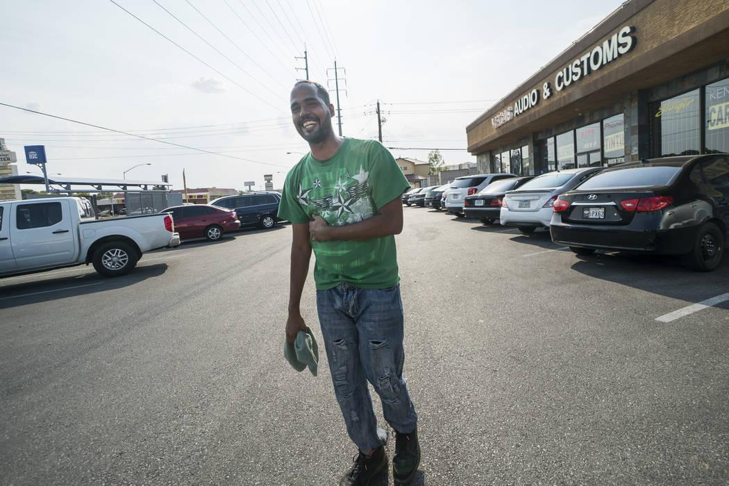 Brandon Steckler ayuda en una recaudación de fondos en The Drop en Las Vegas para pagar los gastos del funeral de su hijo, Brandon Steckler Jr., jueves, 9 de agosto de 2018. (Marcus Villagran / L ...