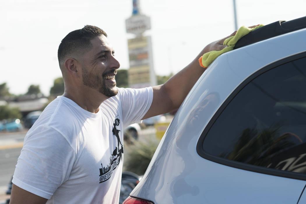 Joaquín Rivera, director de Veterans Walk y Talk Las Vegas, ayuda a recaudar dinero para pagar los gastos del funeral de Brandon Steckler Jr. en The Drop en Las Vegas, el jueves 9 de agosto de 20 ...