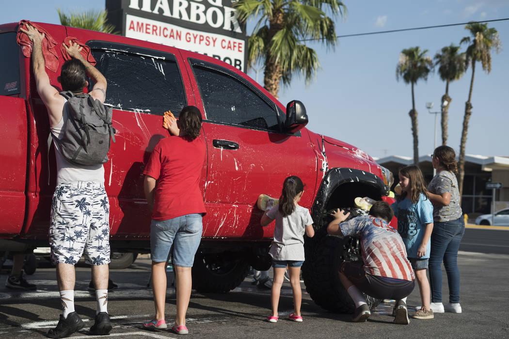 Amigos y familiares de Brandon Steckler Jr. ayudan a recaudar dinero para pagar los gastos del funeral de Brandon Steckler Jr. al realizar un lavado de autos en The Drop en Las Vegas, el jueves 9 ...