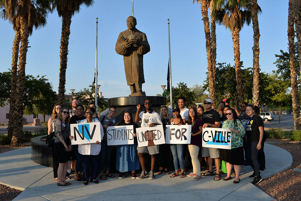 Estudiantes Unidos por Charlottesville se solidarizó con la iniciativa nacional para honrar la memoria de Heather Heyer y manifestarse contra el odio racial. Jueves 9 de agosto en la estatua de M ...