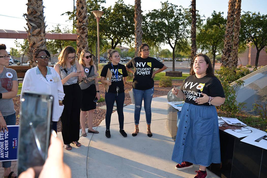 Dulce Valencia es organizadora de Nevada Student Power. Jueves 9 de agosto en la estatua de MLK. Foto Frank Alejandre / El Tiempo.