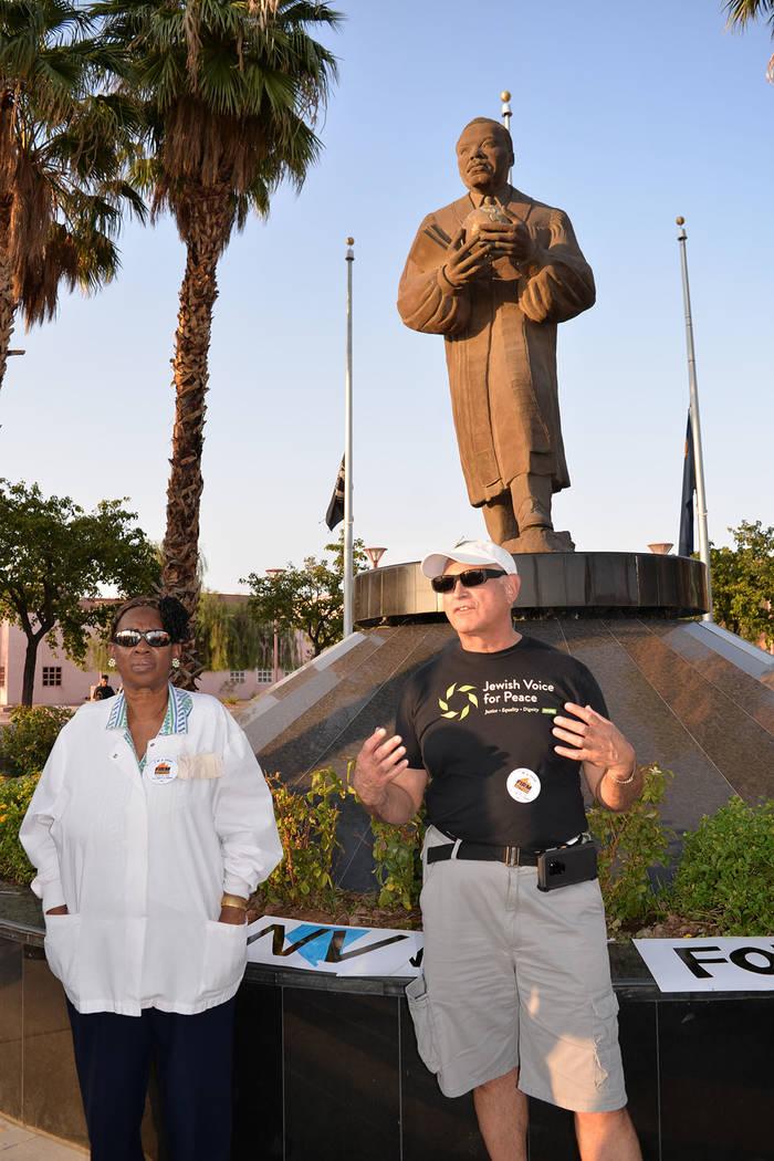 Otistine Brown –izquierda- y Seth Morrison participaron de la manifestación solidaria. Jueves 9 de agosto en la estatua de MLK. Foto Frank Alejandre / El Tiempo.