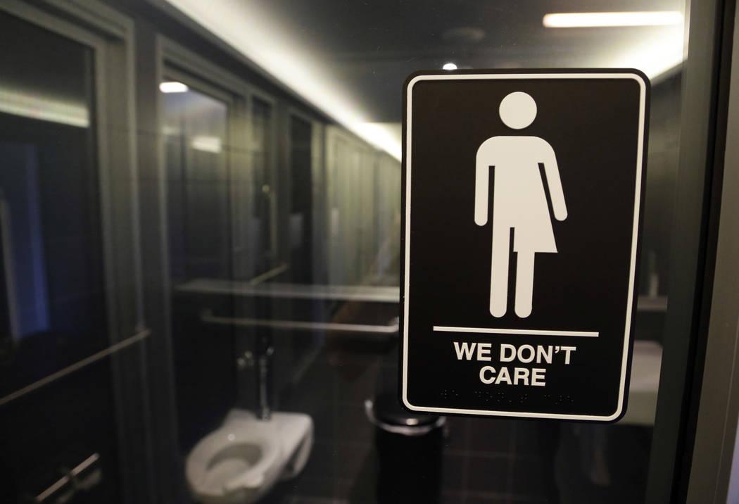"""Señalización cuelga afuera de un baño en 21c Museum Hotel en Durham, Carolina del Norte. Los demandantes transexuales que piensan que el compromiso que reemplazó la """"factura del baño"""" de Caro ..."""