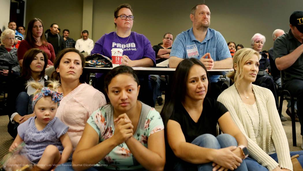 Las personas escuchan las opciones compartidas en las políticas transgénero para el Distrito Escolar del Condado de Clark en el Departamento de Educación de Nevada en Las Vegas, el martes 28 de ...