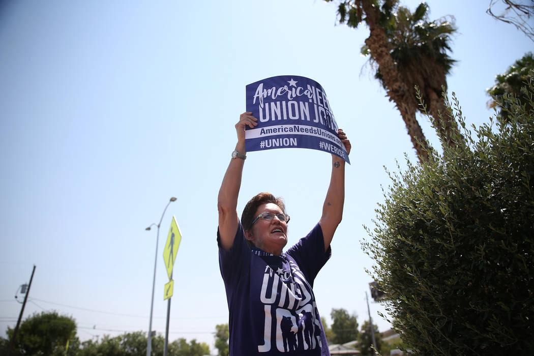 La organizadora sindical Susan Smith participa durante una protesta del Sindicato Internacional de Empleados de Servicio (SEIU) Nevada Local 1107 fuera de la Autoridad Regional de Vivienda del Sur ...