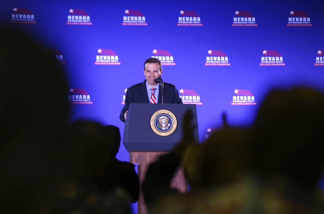 El Procurador General Adam Laxalt, candidato republicano a gobernador de Nevada, habla antes del discurso del presidente Donald Trump en la Convención Estatal del Partido Republicano de Nevada en ...