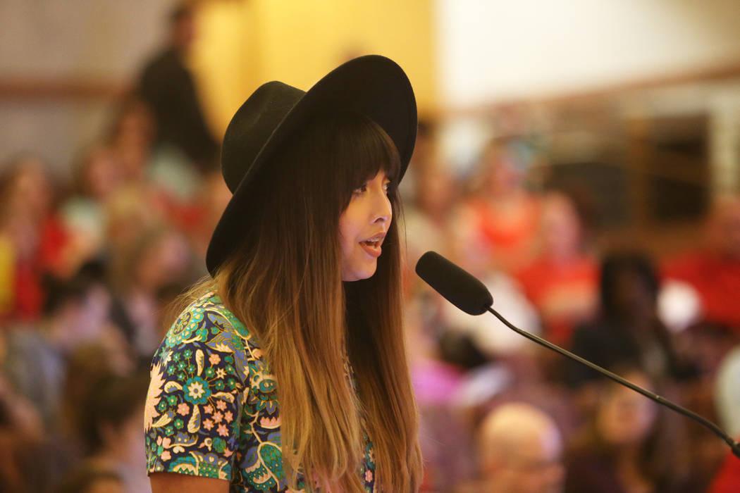 Kristina Hernández habla sobre su apoyo a la nueva política transgénero en una reunión de la junta del Clark County School District en el Clark County Government Center en Las Vegas, el jueves ...