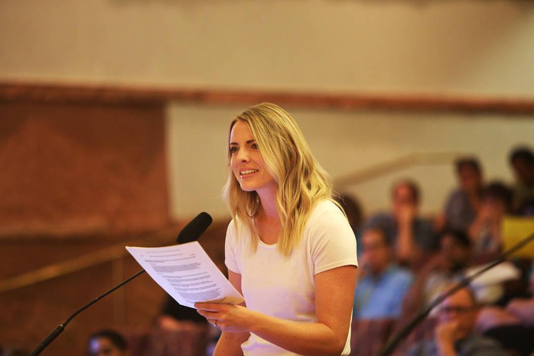 Stephanie Valdez habla sobre cómo no apoya la nueva política transgénero en una reunión de la junta del Clark County School District en el Clark County Government Center en Las Vegas, jueves, ...