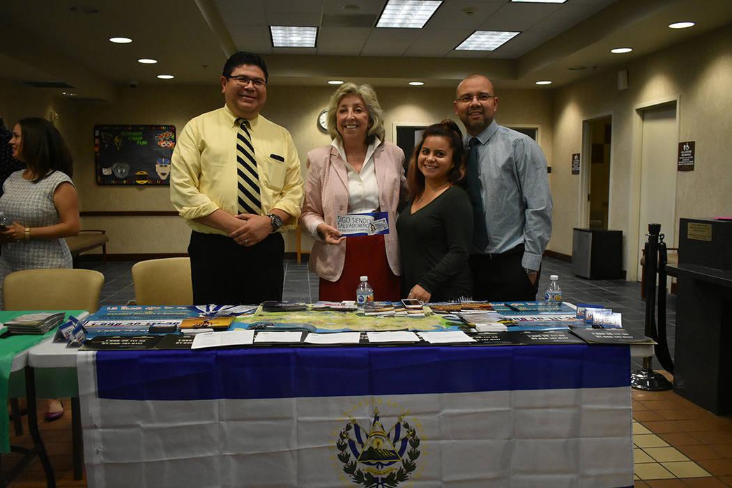 Representantes del Consulado de México en Las Vegas brindaron información sobre los servicios que ofrece su oficina. Miércoles 8 de agosto de 2018 en el Centro Comunitario Este de Las Vegas. Fo ...